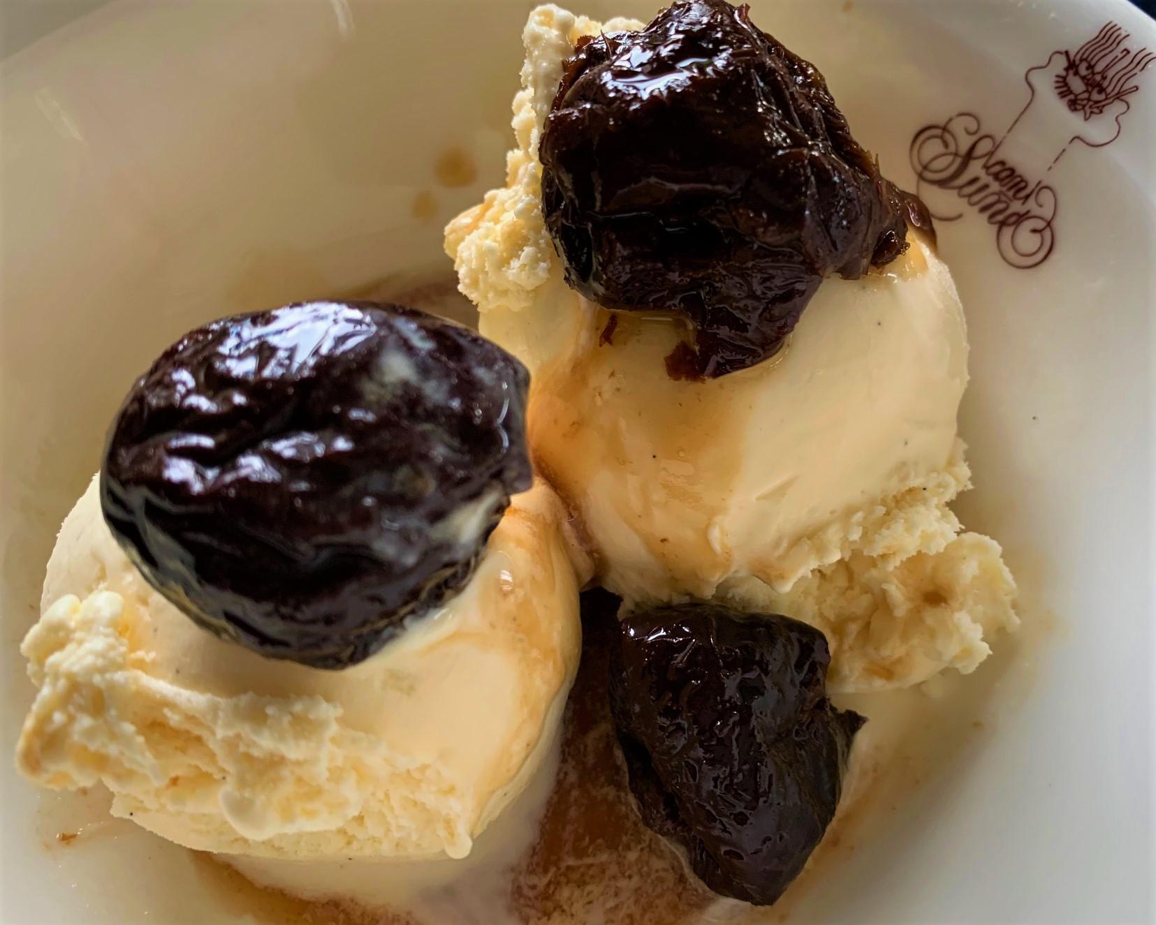 Prunes-al-brandi-amb-gelat-de-vainilla-1